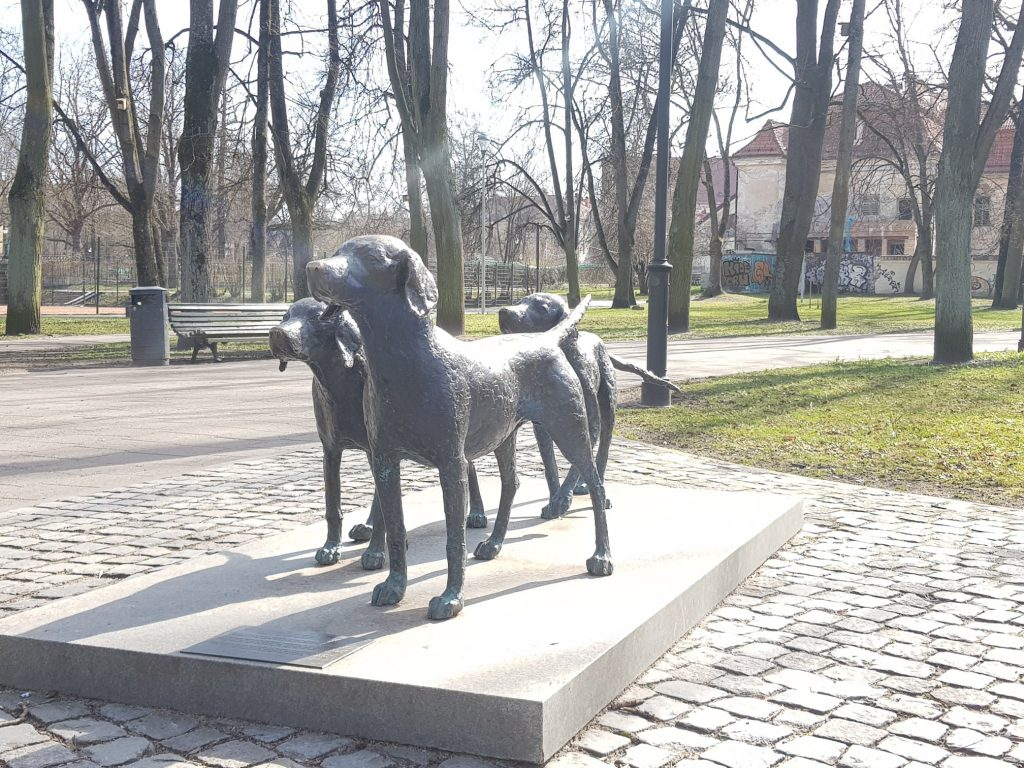 3 dogs monument