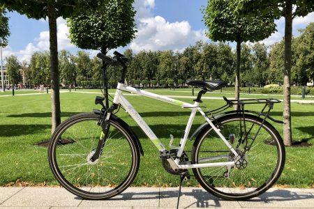 Hybrid bike Minevra in the background of the park in Vilnius for rent